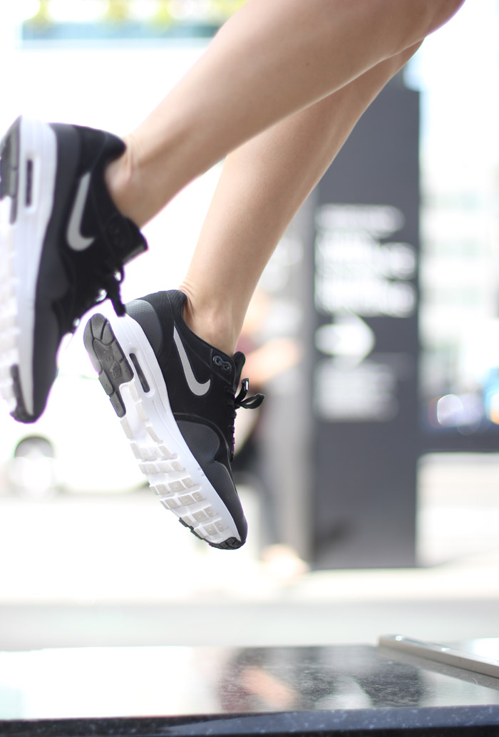 black and white thea nike sneakers outfit